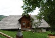 Hütte mit Hund-Frontansicht PBF00198
