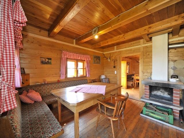 kleine bergh tte oberhalb des ortes millstatt in sterreich. Black Bedroom Furniture Sets. Home Design Ideas